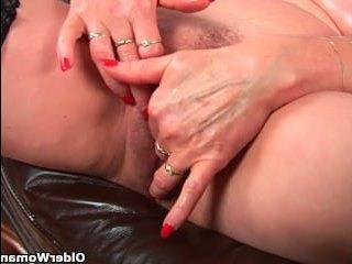 Зрелая женщина делает массаж пизды сама себе и кайфует