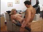 Секс с блондинкой в чулках в офисе на стуле и столе