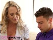 Сексуальная мама учит дочку сосать хуй молодому парню