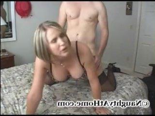 Меткий самец прицельно стреляет спермой зрелой даме в рот и на лицо