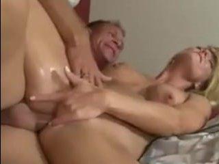 Эротика: молодая жена дрочит в ванной и соблазняет мужа на секс
