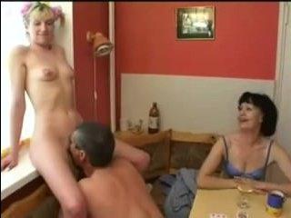 Секс зрелых и молодых на кухне после игры на раздевание