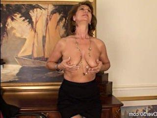 Зрелые дамы в чулках в порно всегда смотрятся восхитительно