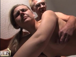 Старик ебёт молоденькую блондиночку вместе со своим другом в пизду