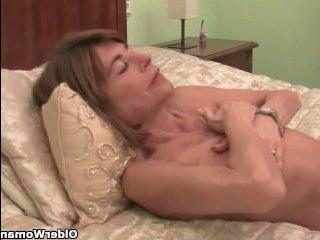 Худая одинокая бабушка ебется большим дилдо на кровати