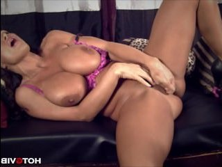 Эротика со зрелыми дамами: грудастая брюнетка мастурбирует на камеру