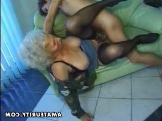 Бабушка с большими сиськами выебана на зелёном диване