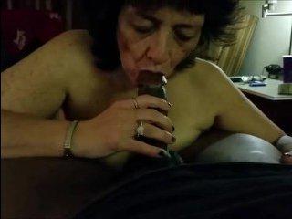 Бабушка сосёт хуй на свежем воздухе и отдается молодому