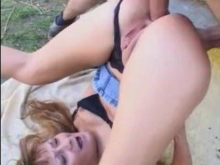 Мужчина с удовольствием трахает в попку зрелую тетю