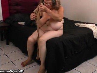 Голая баба бабушка с большими сиськами дрочит свою ненасытную пизду