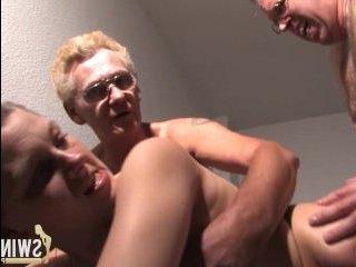 На постели два мужика трахают бабу в большую попу