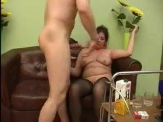 Парень ебет в пизду пьяную зрелую тетю и кончает на грудь