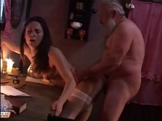 Старый дед трахает девушку с небольшой грудью в рождество