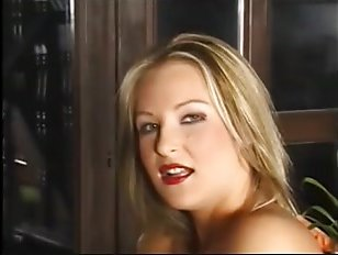 Анальный секс со зрелой блондинкой в красных чулках