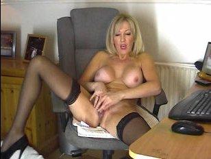 Эротика: мамаша показывает, как она мастурбирует в кресле