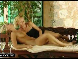 Девушка кончает во время секса с красивой партнершей