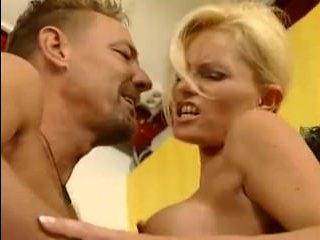 Зрелая женщина: большая грудь блондинки завела двоих сразу