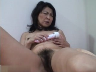 Японка мама дрочит волосатую пизду и трахается с молодым